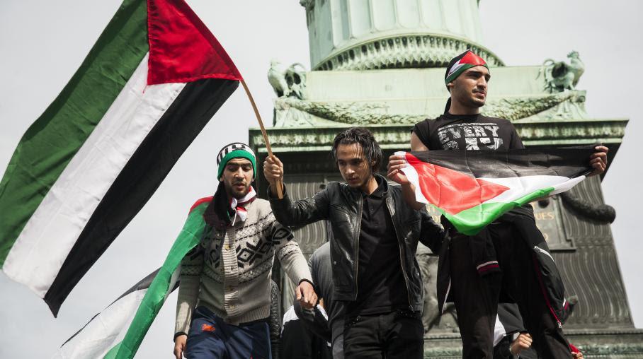 Des militants pro-Palestiniens lors d'un rassemblement place de la Bastille, à Paris, le 13 juillet 2014.