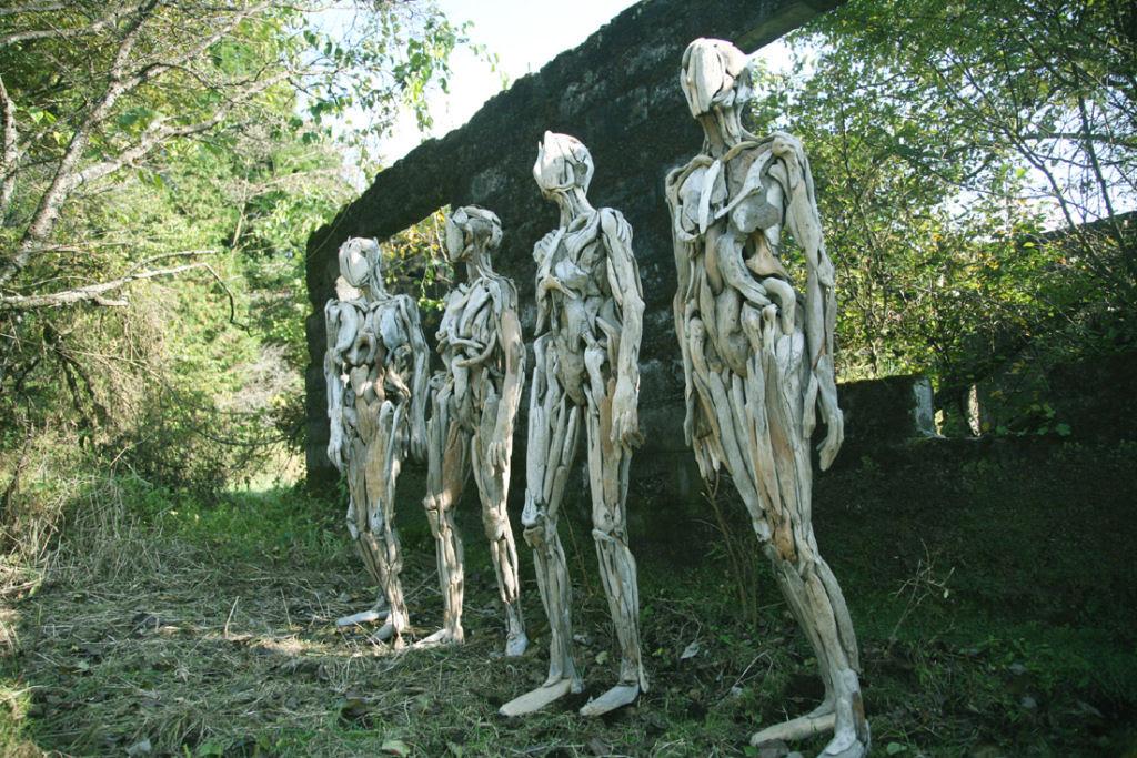 As inquietantes esculturas feitas com detrito de madeira no meio de bosque pelo japonês Nagato Iwasaki 10