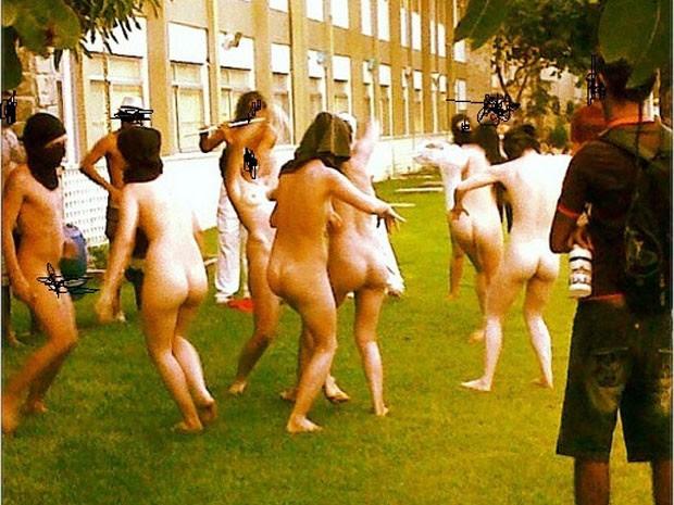 Alunos tiraram a roupa no campus central da UFRN (Foto: Thiago Franco)