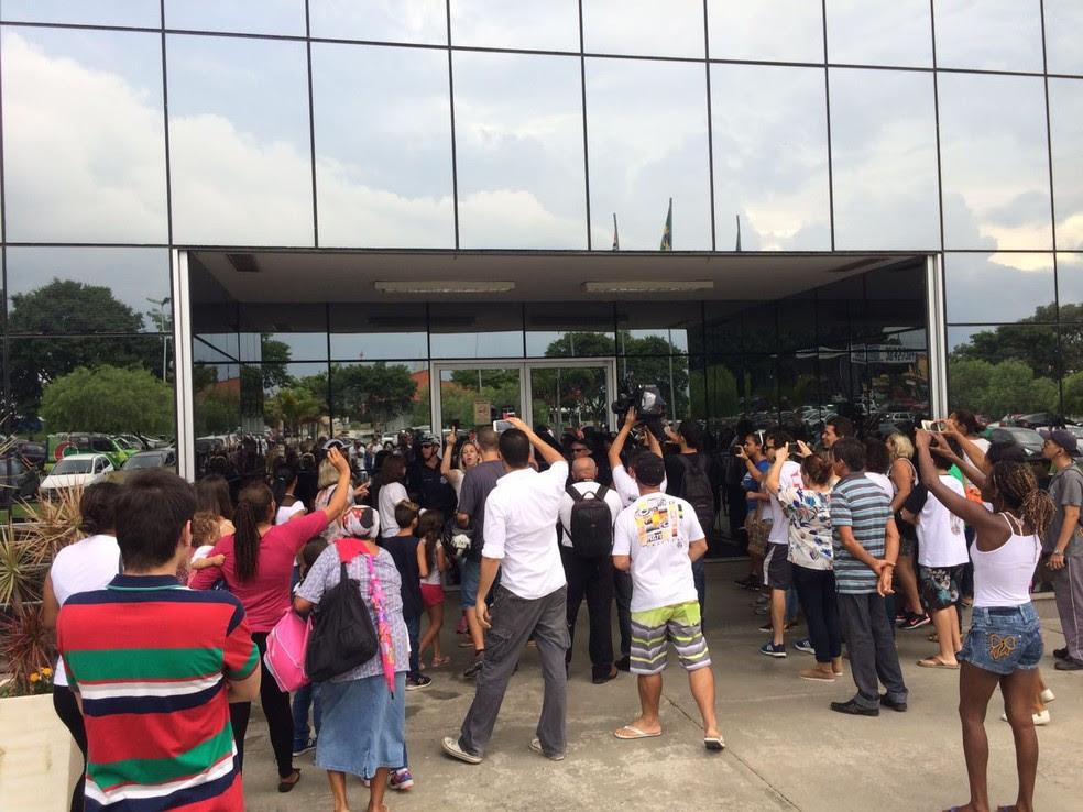 Família que acusa hospital de negligência por morte de menina protesta em Pinda (Foto: Arthur Costa/TV Vanguarda)