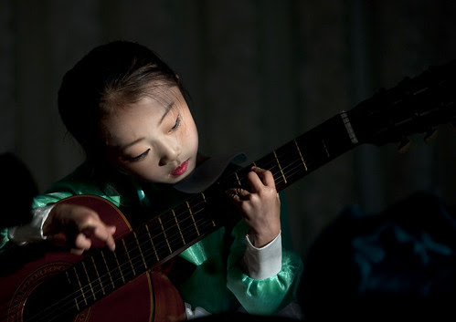 Chonjin little guitarist - North Korea por Eric Lafforgue