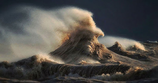 Photographer Captures Powerful Waves on Lake Erie as Liquid Mountains