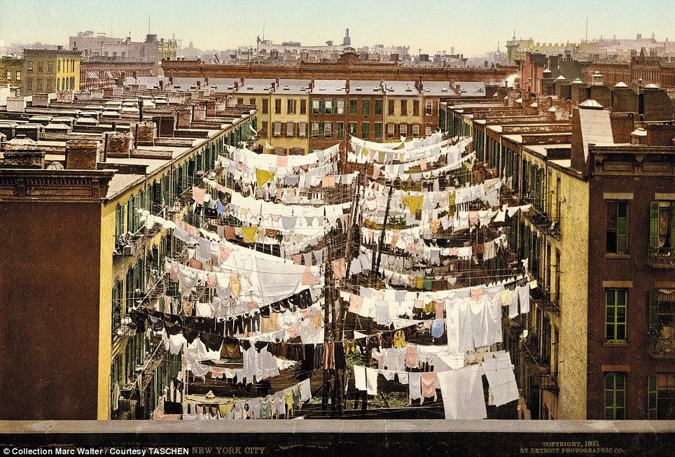 Dia da lavanderia: A imagem incomum mostra uma segunda-feira em Nova York, quando as ruas estavam cheias de lavagem limpo sendo exibido entre os edifícios