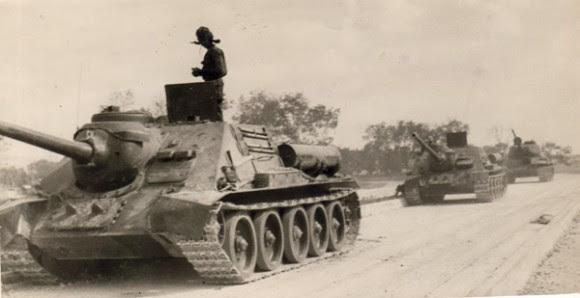 Tanques avanzan hacia el escenario de los combates