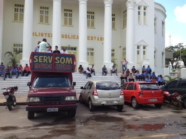 Líder sindical discursa em paralisação na Praça Deodoro em São Luís (Foto: Zeca Soares/G1)
