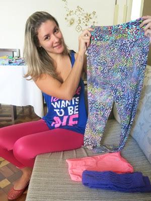 Thalita mostra uma das peças que vende via whatsapp (Foto: Mariane Rossi/G1)