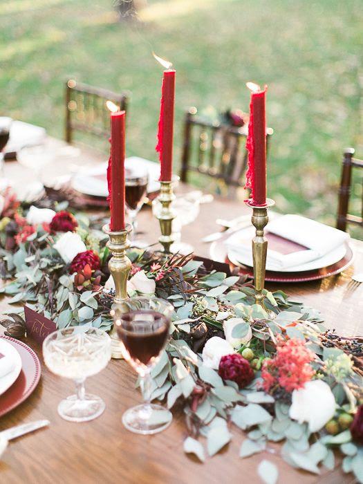 eine grüne Tischläufer mit Beeren und Pflaume blüht und fuchsia Kerzen für bold, festliche Läufer
