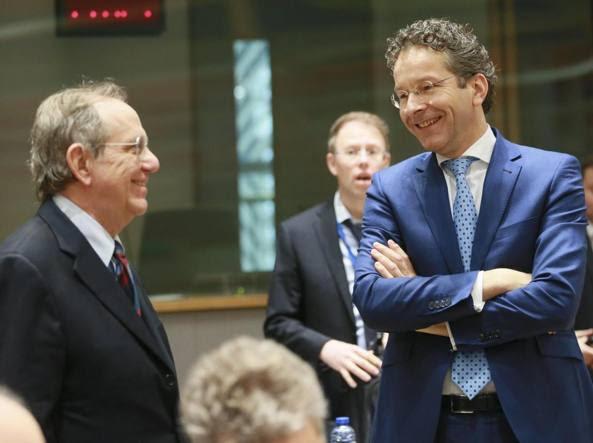 Il ministro dell'Economia, Pier Carlo Padoan (a sinistra) con il presidente dell'Eurogruppo, il ministro delle Finanze danese Jeroen Dijsselbloem, alla riunione dell'Eurogruppo del 20 febbraio 2017 (Epa)