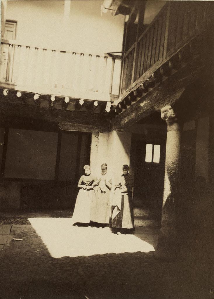 Doncellas en el Patio de la Posada de la Sangre retratadas por un turista en 1901. Cortesía de José Pedro Muñoz Herrera
