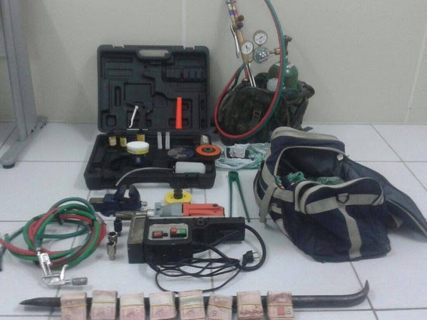 Material foi apreendido com suspeitos de assaltar banco em Bezerros  (Foto: Divulgação/Polícia Civil)