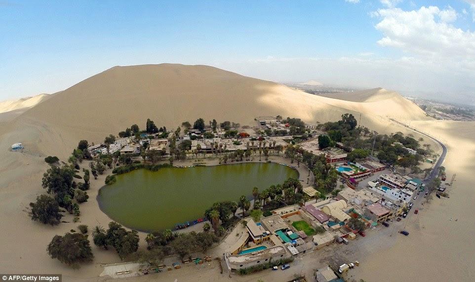 Uma vista aérea do oásis de Huacachina, em Ica, Peru, a 300 km ao sul de Lima. A liquidação é o lar de 96 residentes, que vivem ao redor da lagoa