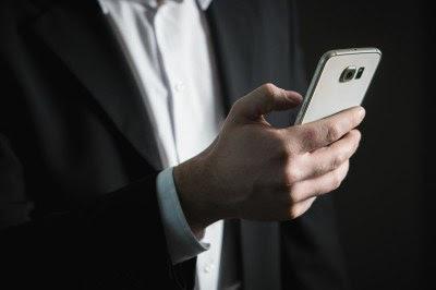 pessoa com o celular na mão