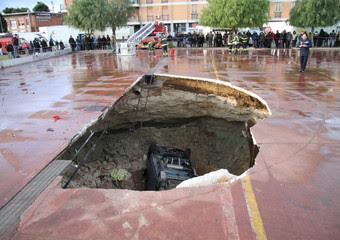 La voragine che si e' aperta sull'asfalto a Taranto