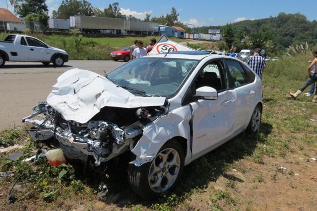 Motorista fica ferido após bater e capotar carro na RS-453, em Farroupilha Altamir Oliveira /