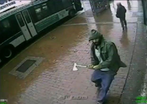 Imagem fornecida pela polícia de Nova York mostra homem que atacou policiais com um pequeno machado e foi morto nesta quinta-feira (23) no Queens (Foto: New York Police Department/AP)
