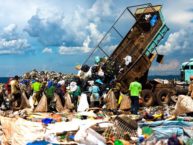 O lixão ocupa uma área com 2 milhões de metros quadrados e tem 50 metros de altura.  E o Distrito Federal produz cerca de 8,7 mil toneladas de lixo por dia. (Foto: Paula Fróes)