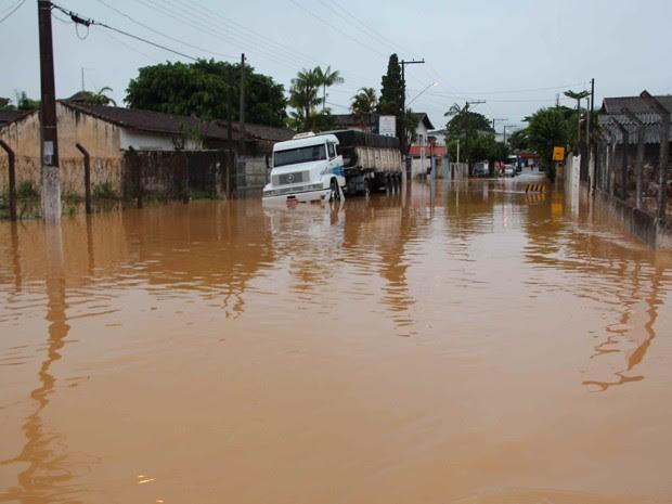 Rua foi invadida pela água do rio em Juquiá (Foto: Júpter Darwin Furquim/Arquivo Pessoal)