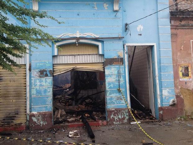 Casarão fica destruído após incêndio (Foto: Henrique Mendes/G1)