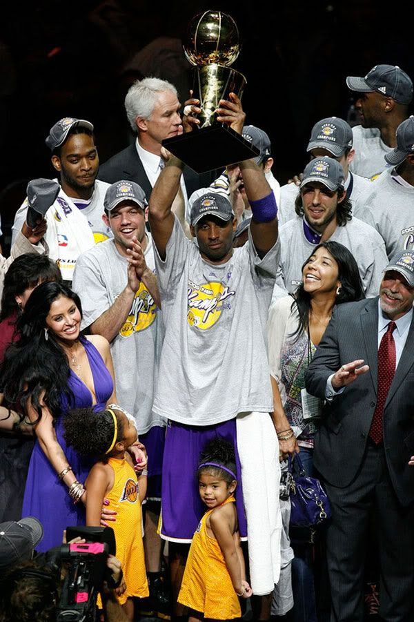 Kobe Bryant hoists up the NBA championship trophy after he leads the Lakers to its 15th title, on June 14, 2009.