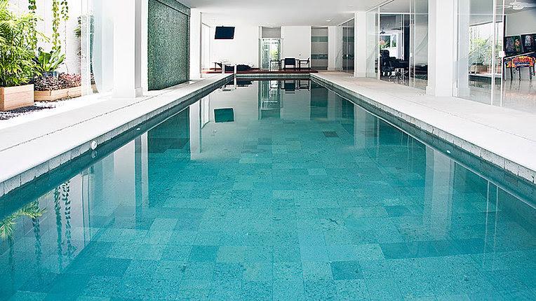 Encher a piscina após a secagem do rejunte para evitar o descolamento da pedra hijau e hitam