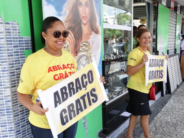 Igreja promove ação com abraço grátis no centro de Feira de Santana
