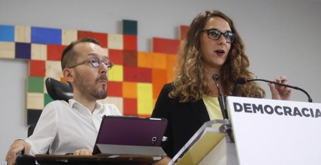 El secretario de Organización de Podemos, Pablo Echenique, y la portavoz adjunta Noelia Vera, durante la rueda de prensa que han ofrecido tras el Consejo de Coordinación de esta formación, en Madrid. EFE/Juan Carlos Hidalgo