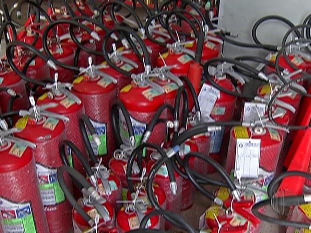 Lei obriga os veículos a utilizarem novo modelo de extintor de incêndio (Foto: Reprodução/TV Diário)