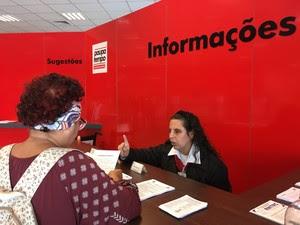 Gislaine orienta público que precisa de atendimento no Poupatempo (Foto: Camilla Motta/G1)