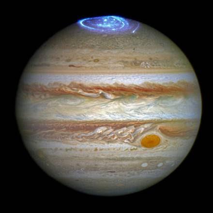 L'immagine dell'aurora polare di Giove ottenuta combinando le immagini nell'ottico e nell'ultravioletto (fonte: NASA, ESA)