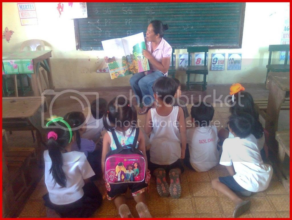 Ms. Carol Jacobo reading to the kinder pupils