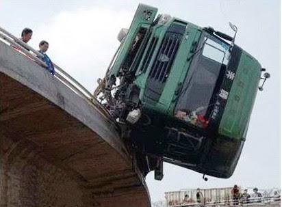 Caminhão chinês acidentado
