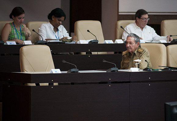 Raúl mira el asiento de Fidel. Foto. Irene Pérez/ Cubadebat