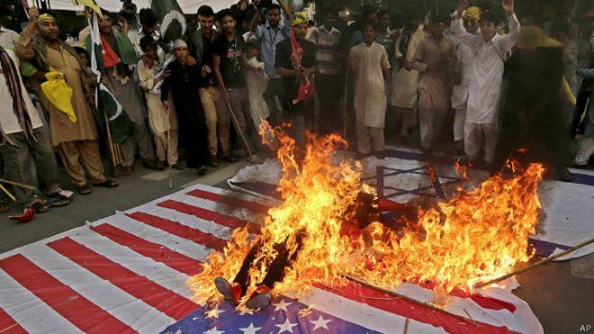 Bandeira dos EUA sendo queimada em Teerã em julho (AP)