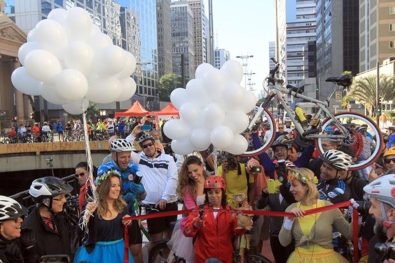 Alguns ciclistas também carregaram balões brancos em homenagem às vítimas da violência no trânsito