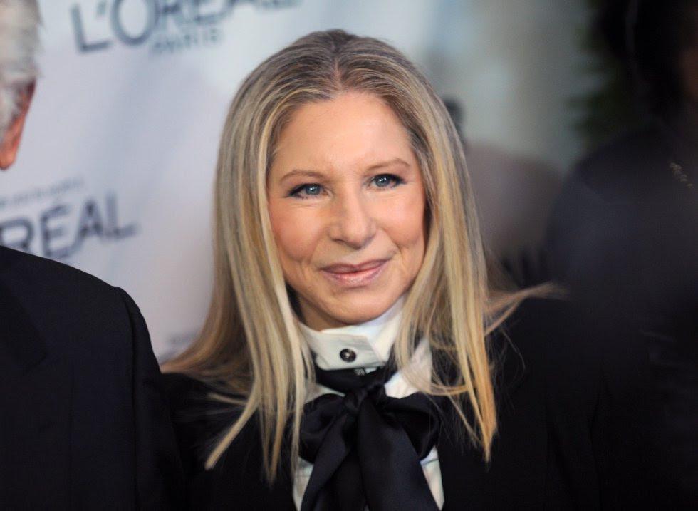 Barbara Joan Barbra Streisand nació el 24 de abril de 1942. Hoy tiene a sus espaldas una carrera de más de 50 años en la industria del entretenimiento, en la que ha desarrollado sus facetas como actriz, cantante, compositora y directora. Es una de las pocas estrellas que cuenta entre sus premios con Grammys, Emmys, Oscars y premios Tony.