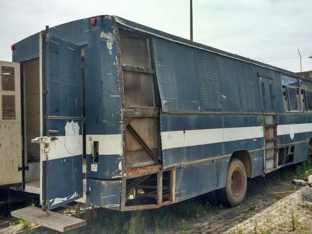 Foto mostra ônibus antes da lavagem e pintura, quando foi encontrado abandonado (Foto: Divulgação/SSP)