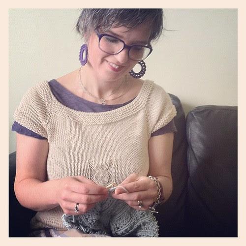 Knitting before lunch:) Lavorando a maglia prima di pranzo:)