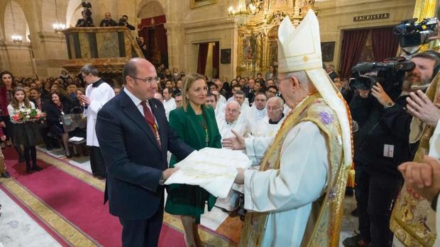 El presidente Pedro Antonio Sánchez y el cardenal Agostino Vallini, en un momento de la misa
