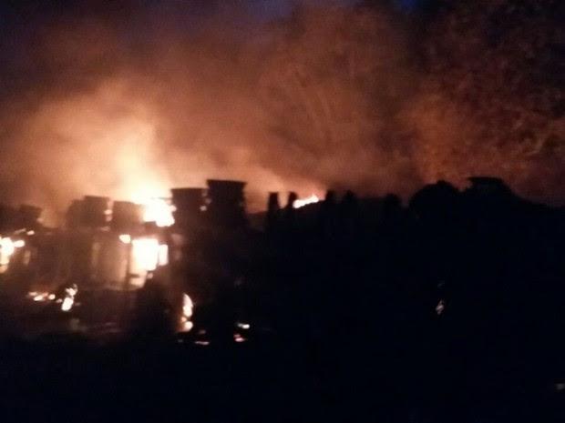 Carreta despencou em barranco e pegou fogo (Foto: Divulgação/PRF-MA)