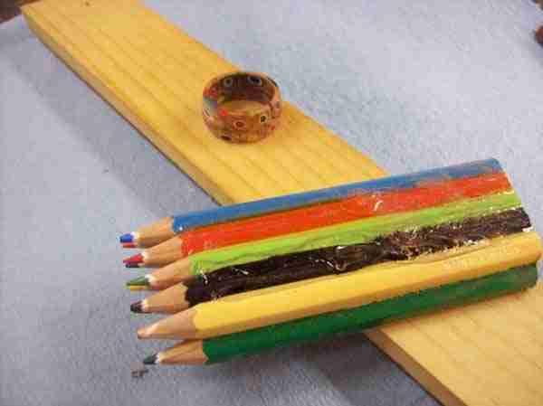 dinfo.gr - Πήρε μερικά χρωματιστά μολύβια, λίγη κόλλα και δείτε τι έφτιαξε!