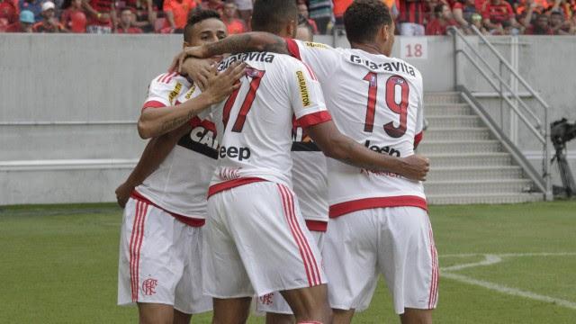 Os jogadores do Flamengo comemoram o gol de Everton na Arena Pernambuco