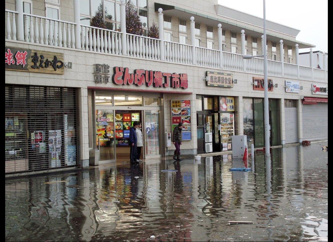 مياه في الشوارع من اثر التسونامي
