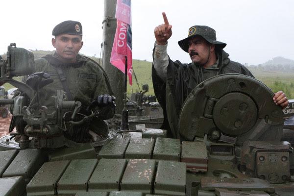 Presidente Maduro inspecciona un tanque de guerra en Cojedes