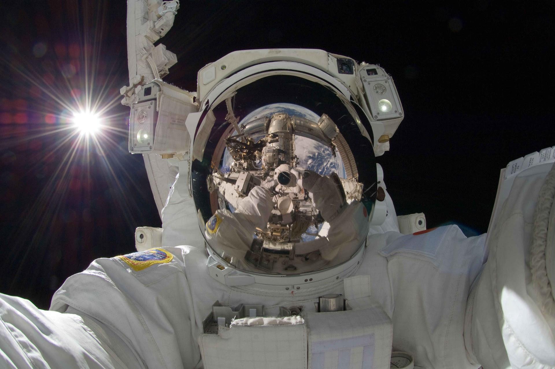 Selfie direto da Estação Espacial Internacional (Foto: Divulgação - Nasa)