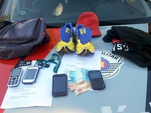 Material apreendido por PM, após roubo em Piracicaba (Foto: Edijan Del Santo/EPTV)