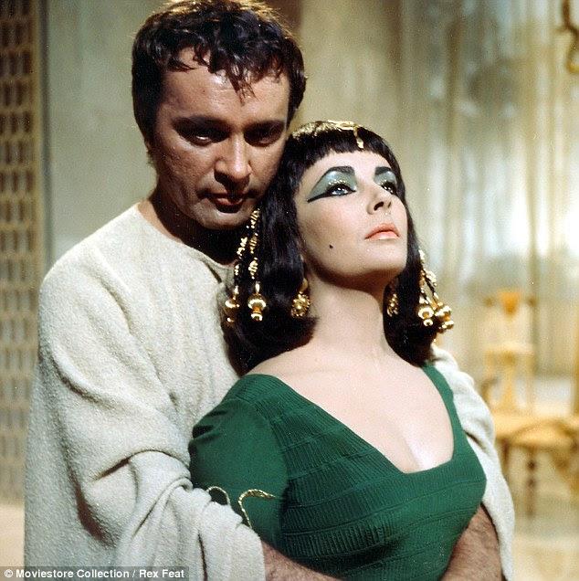 Desperate: Enquanto Marilyn earnt menos de £ 61,000 para um filme, Elizabeth Taylor ordenou taxas de até seis vezes para que Cleópatra