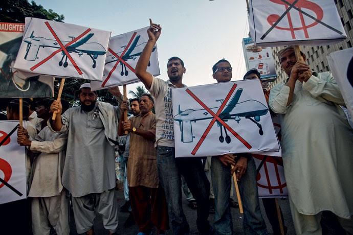 Não é inseto: paquistaneses protestam em Karachi contra o uso de drones em ataques aéreos norte-americanos (Foto: Monmouth University Polling Institute (EUA))