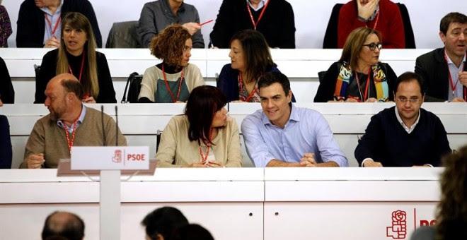 El secretario general del PSOE, Pedro Sánchez (2d), conversa con la presidenta, Micaela Navarro (2i), junto al secretario de Política Federal, Antonio Pradas (i), y el secretario de Organización, César Luena (d), durante el Comité Federal extraordinario.-