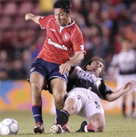 El Turu Flores se lleva la pelota pese al esfuerzo de Romagnoli, de Colón; el empate fue justo