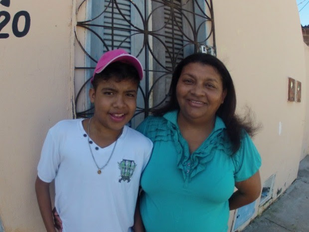 Virleide e o menino transplantado Wesley (Foto: TV Verdes Mares/Reprodução)